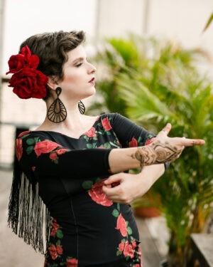 Blusa Flamenca Magnólia Estampa Rosas Manga 3/4 Decote Nas Costas Franja Preta